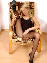 Randy lady in dark-hued stocking can�t help pleasing herself on the armchair