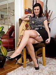 Naughty housewife Sofia in nude ff nylons!