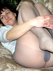 Mature amateur ladies in pantyhose flashing her pussy