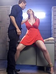 Lauren Phillips is fresh off the bus in Tinsel Town. When she answers an ad for a role in...