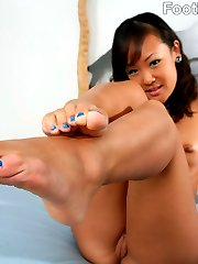 Chinese honey Jandi Lin goes jogging without socks. When she comes home her jerky boyfriend...