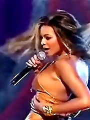 Sexy Beyonce Knowles wears no bra on stage