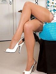 Auburn Milf Holley frigs in her girdle and nylons