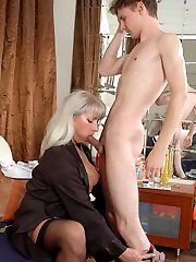 Voluptuous mature chick lusting for fresh meat while seducing a kinky guy