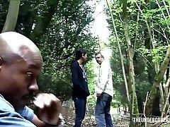 Uvízlé Teen v Lese