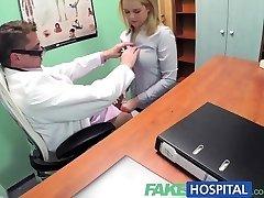 FakeHospital Sexy blondýnka prodavačka v prdeli na doktory, psací stůl, s cílem zajistit, aby