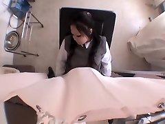 Nevinná Japonská teen prsty během lékařské vyšetření