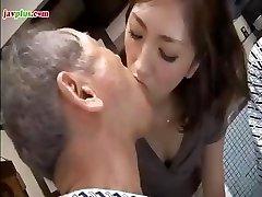 Joven Asiático hija sirve papá y su amigo, luego le da un baño