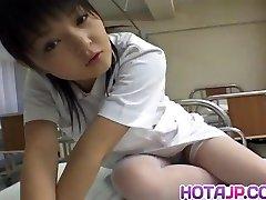 Miku Hoshino sjuksköterska suger dildo hon knullar med