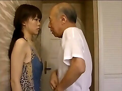 נערה צעירה מכורה לנשק גבר מבוגר
