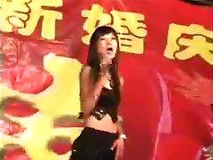 Menina chinesa de nudez de dança no casamento