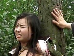 Čínska armáda dievča viazaná na strome 2