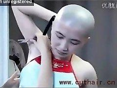 ilus tüdruk kaenlaalused karvad raseeritud poolt barber sirge habemenuga