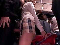 תלמידה ביישנית גישש בשימוש אוטובוס