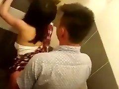 ריגול בשירותים ציבוריים סינית זוג מזדיין