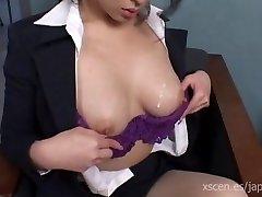 Chinami Sakai japansk sekretær gir en varm blowjob