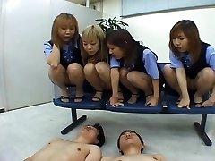 Vier japanische OLs spucken auf Mitarbeiter