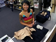 Petite asiatiske dama går i og selger sin ting, og stram fitte