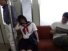 Verführen, ein Schulmädchen in der Straßenbahn