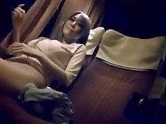 Moden kvinne på nattbussen