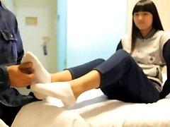 kitajski žgečkanja dekle z nogavico in golimi