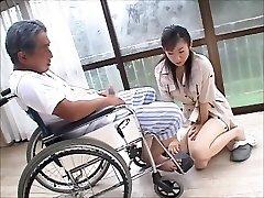 japán felesége özvegy gondoskodik apósa, 2