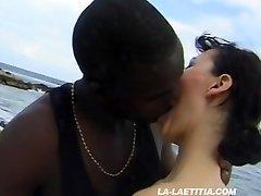 Deux salopes bais�es sur la plage - Laetitia