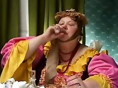 뜨거운 금발 러시아 아내가 바람을 피하고 보고 있는 것에 의해 이상한 하나