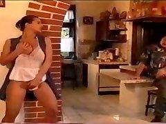 אנג ' ליקה בלה על השולחן במטבח # 08