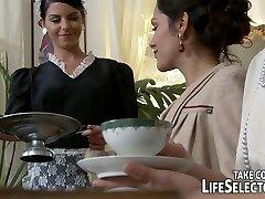 הבציר מחפש ברונטית משרתת הבית שלה עם מציצה