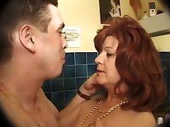 Le neveu baise sa vieille tante dans la salle de bains