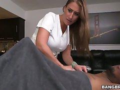 Geile opdrachtgever kut en neukt de keel van sexy rode haired masseuse Skyler Luv