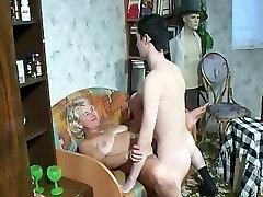 Sønn kommer hjem fra hæren og knuller en kåt Trinn-mor