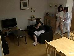 MILF blir knullet mens hennes venn bånd det