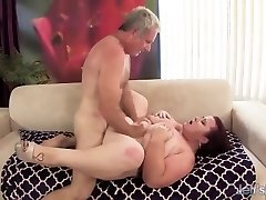 Fat 'n' stacked Chick Lynn gets her pussy dril