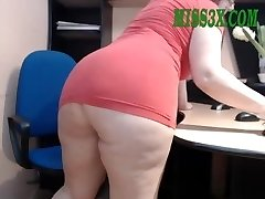 Elder mature mom show her beautiful gigantic booty