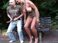 Fremder Typ spricht geile Cougar im Park an und darf ficken