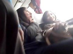 Flashing me miran el bulto las chicas del. Bus
