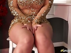 Chubby ash-blonde mommy Nikki Lee exposes her nice ass