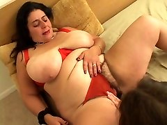 Fat whore goes down on girl