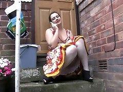 Voyeur 1 - Chubby jente sitter utendørs (MrNo)