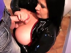Latex Slet is in de Keuken - Latex Blowjob, Handjob - Cum op mijn Tieten
