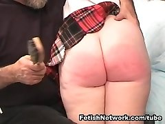 Zoete rode haired meisje klaar voor een aantal zweepslagen