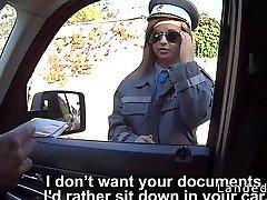 Busty poliisi nainen löi auton maaseudulla