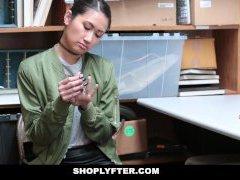 Shoplyfter - Aziatische Cutie Opgepakt Voor Het Stelen Van