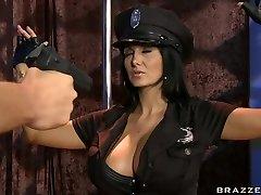 Busty poliisi Ava Addams himo kovaa kiinni