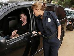 latina offizier gefangen auf einen kerl wichsen in seinem auto!