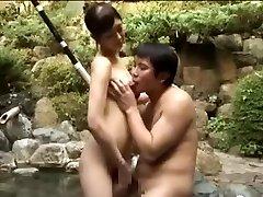 Cicis ribanc kurva, egy Ázsiai férfi egy medence