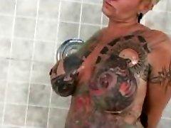Beroemde Naakten een poppin Tattoo Krijgt vervelende Vrouw
