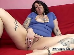 Tatted plumper Lexxi Meyers is toying with her twat